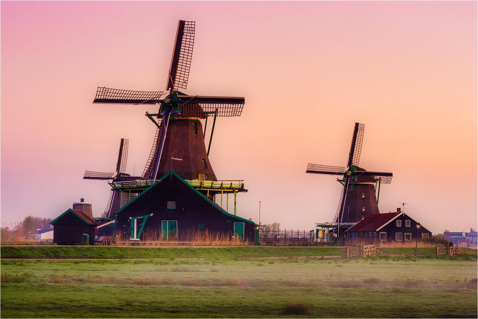 Wandbild Windmühlen im Morgendunst