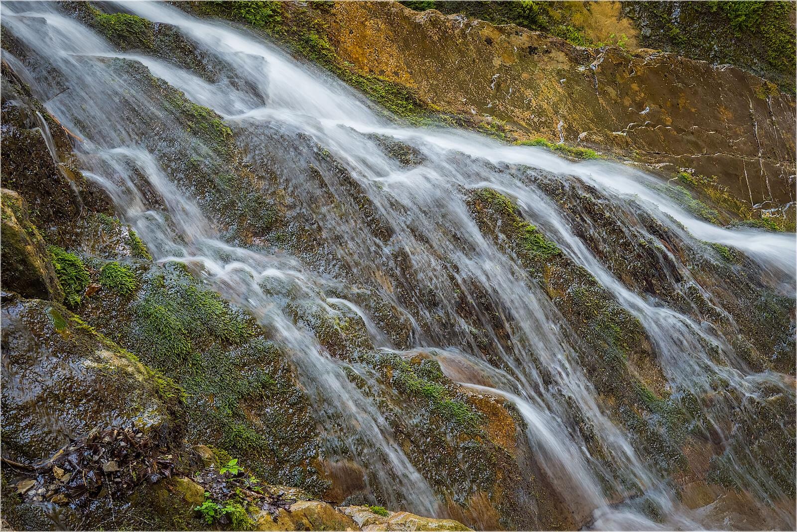 Wandbild Wasser in den Felsen