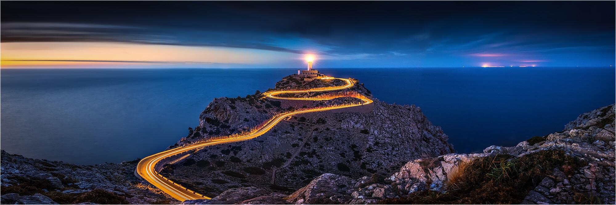 Panoramafoto Leuchtspuren am Cap Formentor Mallorca