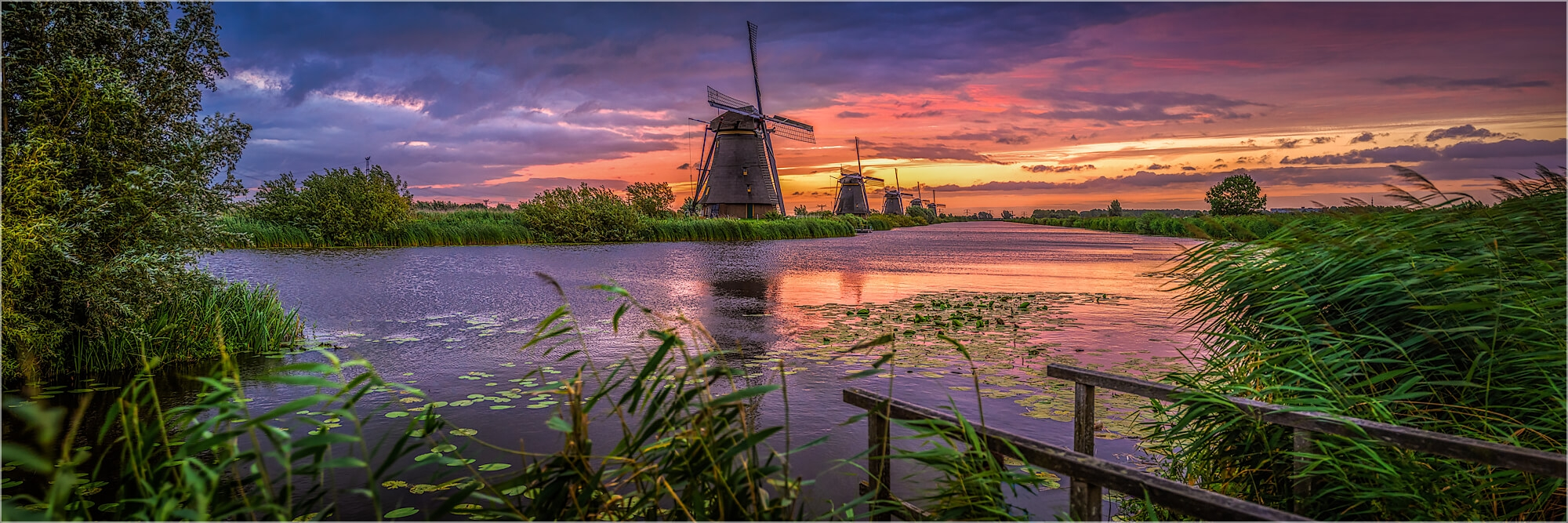 Panoramabild Windmühlen im Sonnenaufgang in Kinderdijk