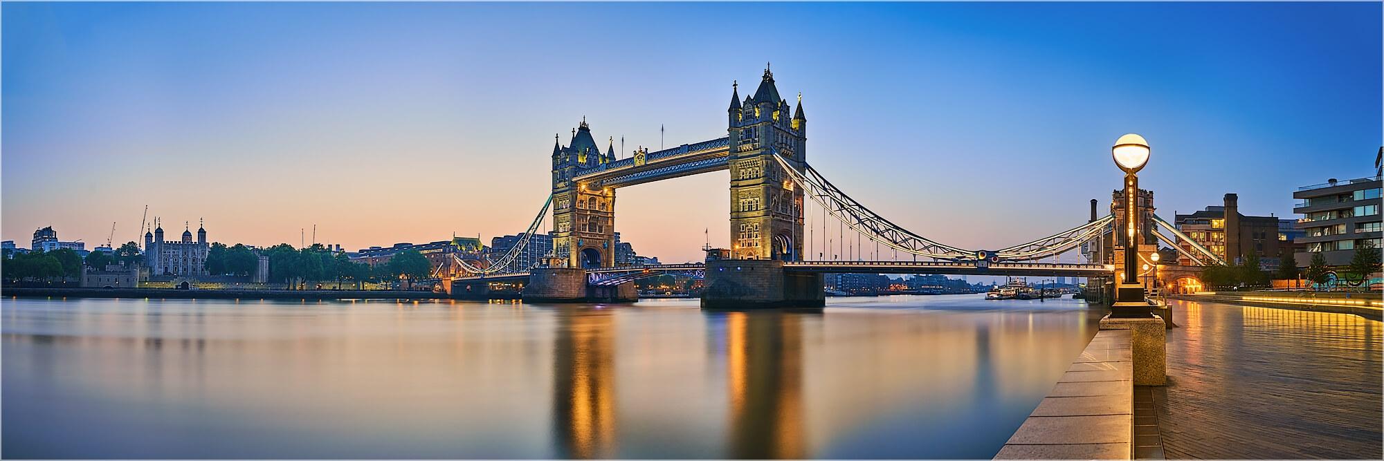 Panoramabild morgens an der Tower Bridge London
