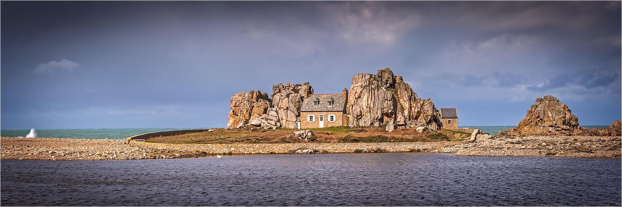 Panoramabild Haus in den Felsen Castel Muir Bretagne