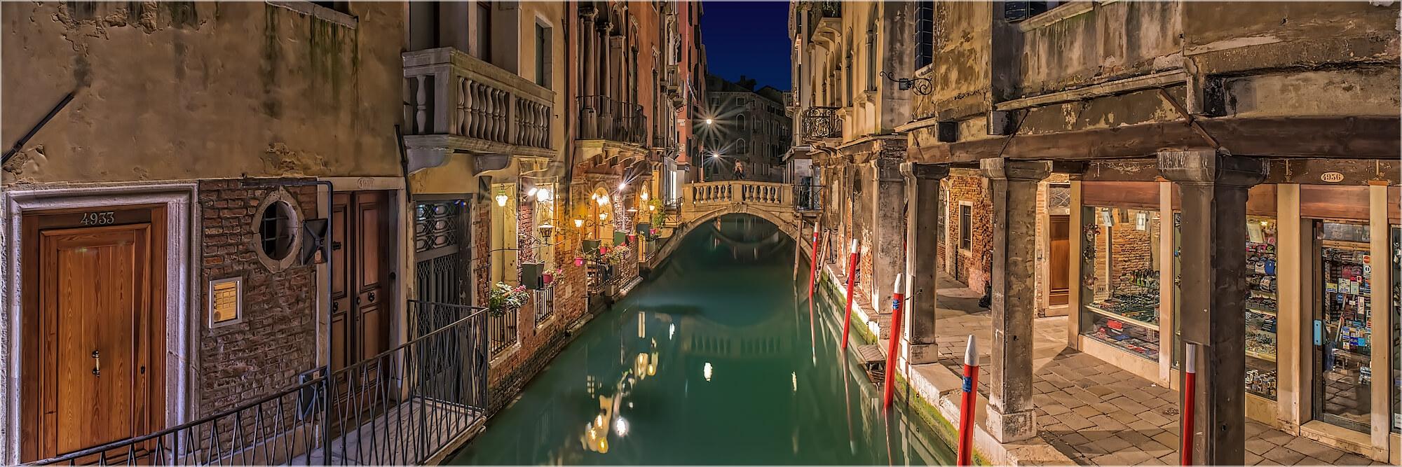 Panoramabild kleiner Kanal in Venedig Italien