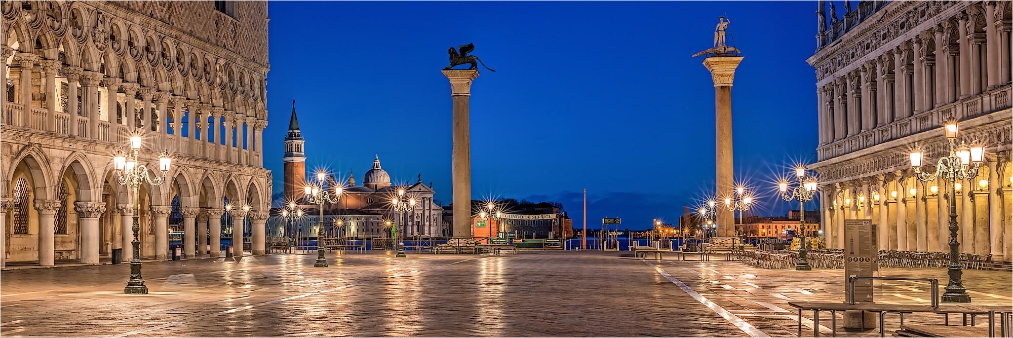 Panoramabild abends auf San Marco Venedig Italien