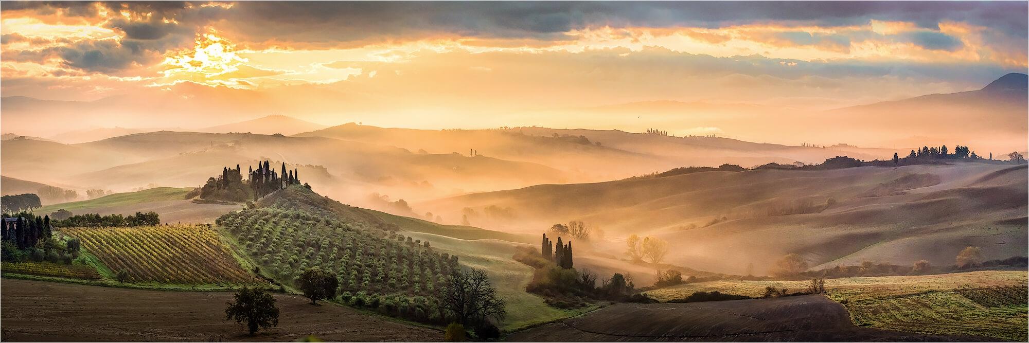 Panoramafoto goldener Frühnebel in der Toskana