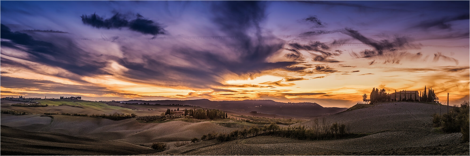 Panoramabild toskanische Landschaft im Dämmerlicht