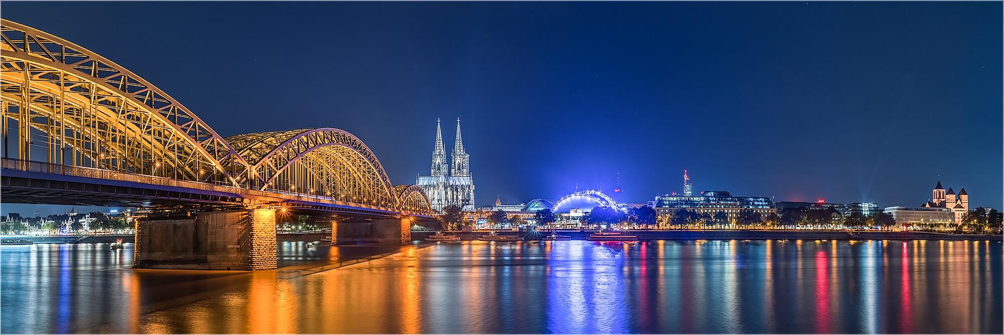 Panoramabild nächtliches Köln Hohenzollernbrücke und Dom