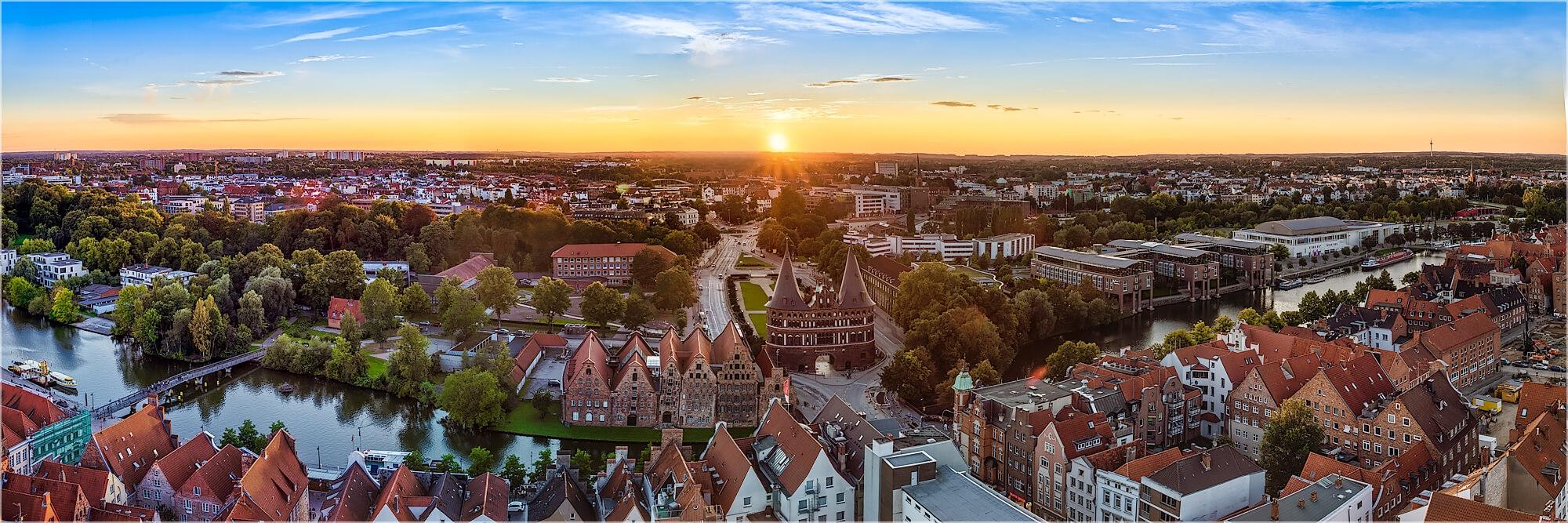 Panoramafoto Lübeck im Sonnenuntergang
