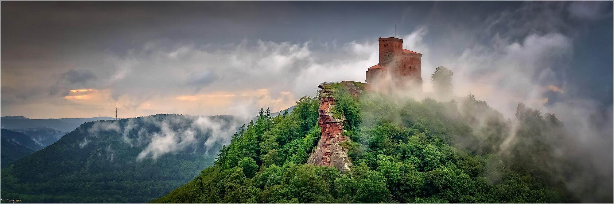 Panoramafoto nach dem Sommergwitter Pfalz Burg Trifels
