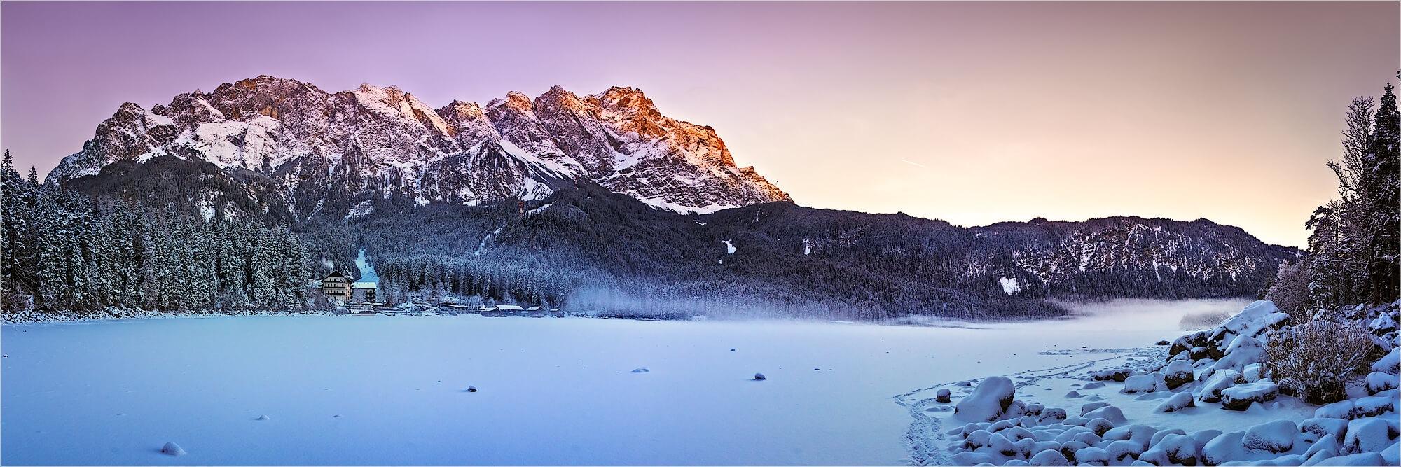 Panoramabild winterliches Zugspitz Masiv mit Eibsee