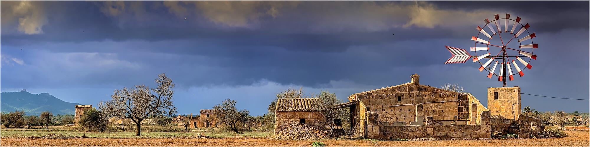 Panoramabild typische Windmühlen auf Mallorca