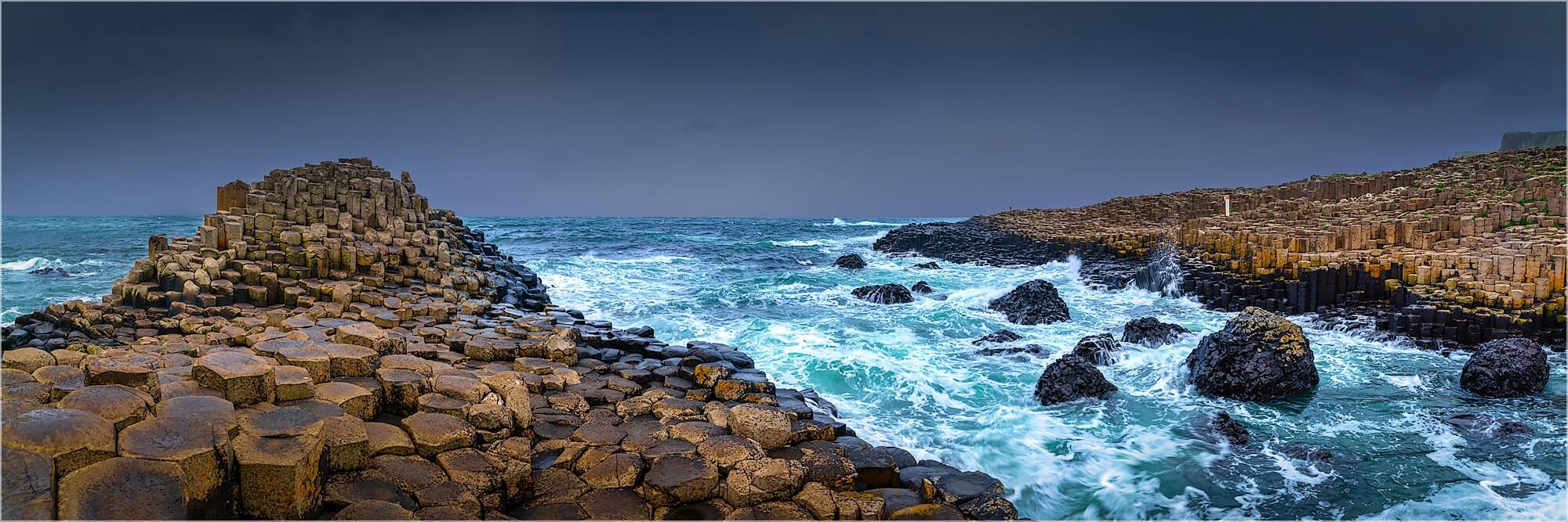 Panoramabild der Giants Causeway in Donegal Irland