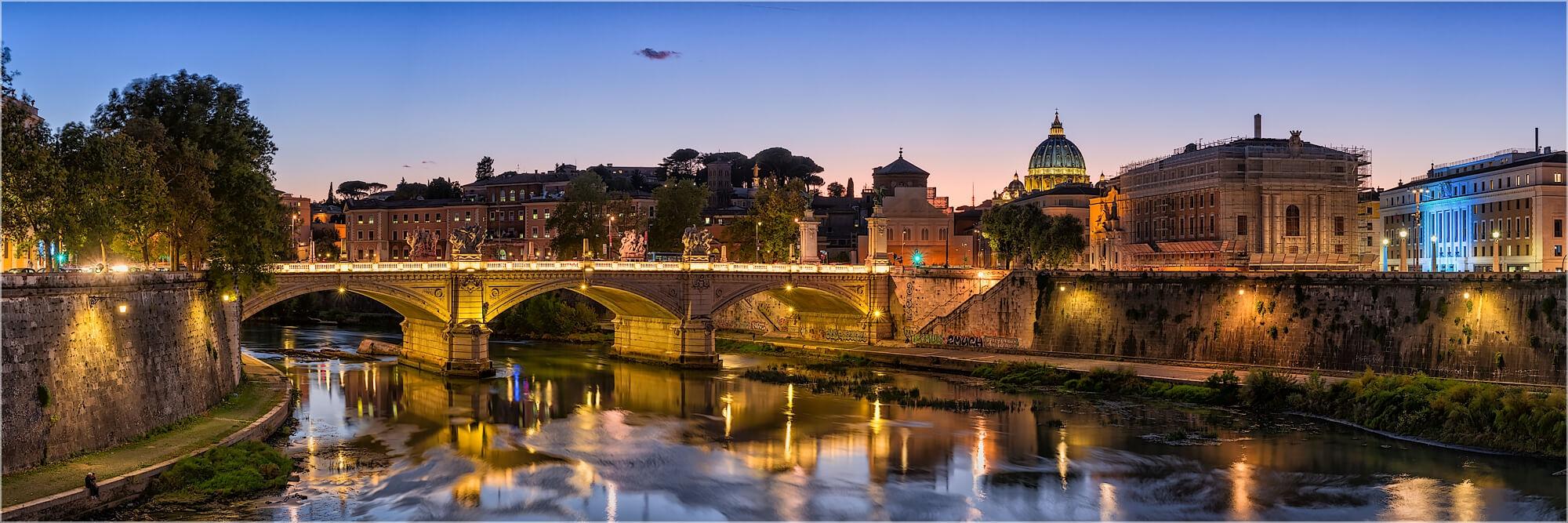 Panoramabild Rom Italien abends am Tiber