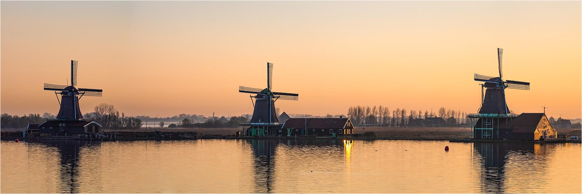 Panoramabild Windmühlen im Morgenlicht